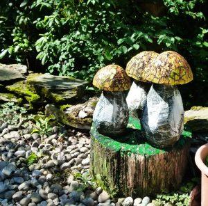 Gruppe Pilze Holz bemalt Hoehe etwa 150 cm